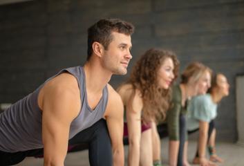 Jak čelit faktu, že jste jediný muž na jógové lekci?