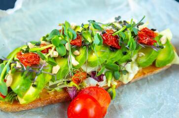 Sendvič s avokádem, sýrem a sušenými rajčaty