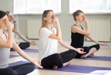 Princ Charles naléhavě vyzývá zdravotníky, aby využívali terapeutických účinků jógy
