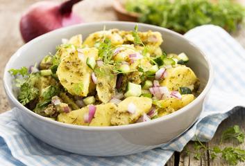 Letní bramborový salát s libečkovým pestem