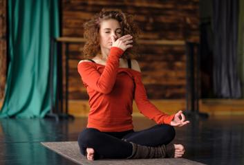 Nádí šodhana přispívá k vnitřní rovnováze
