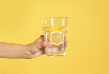Benefity a mýty o pití vody s citronem