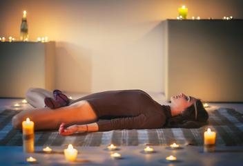 Večerní jógové rituály pro obnovu a udržení energie