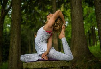 Jógová terapie je kombinací jógy, ájurvédy a naturterapie
