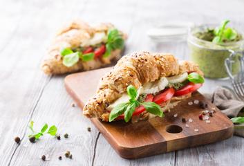 Plněný croissant s mozzarellou a bazalkovým pestem