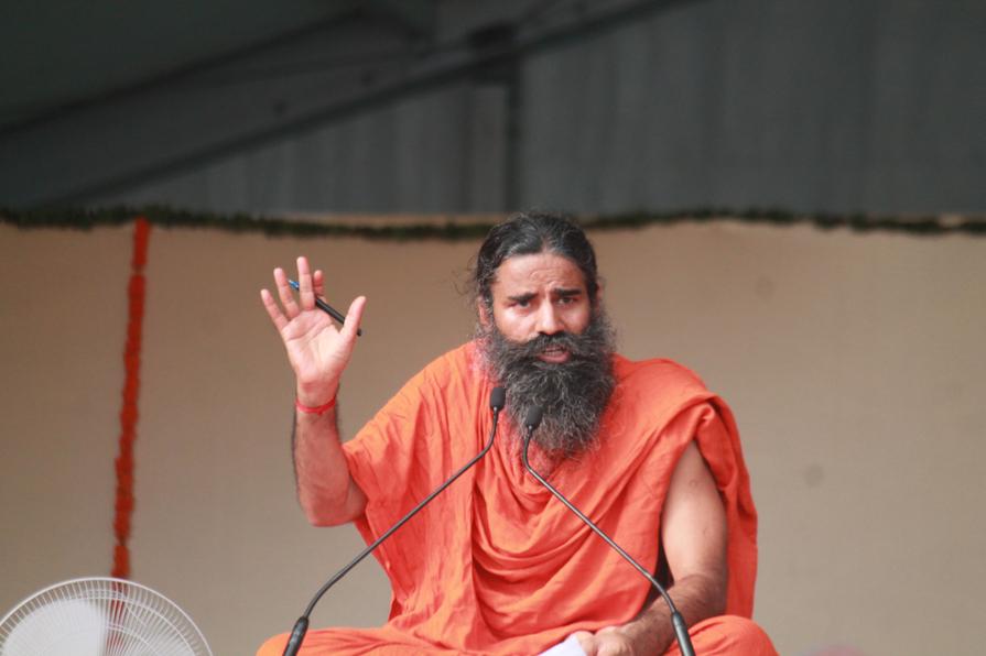 Nejslavnější indický jógový guru se nechal naočkovat!