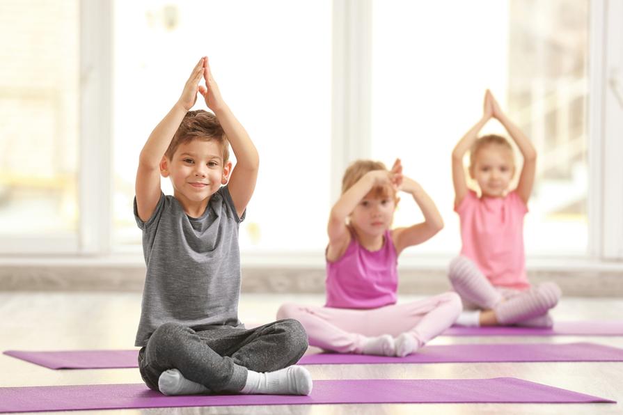 Jóga a dechová cvičení mají pozitivní vliv na děti s ADHD